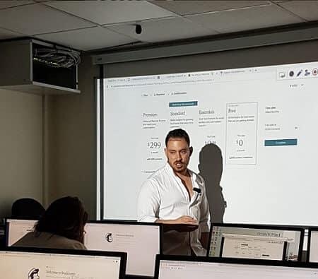 עוזי שבת - מרצה בכיר במכללת האקריו במהלך לימודי בניית אתרים